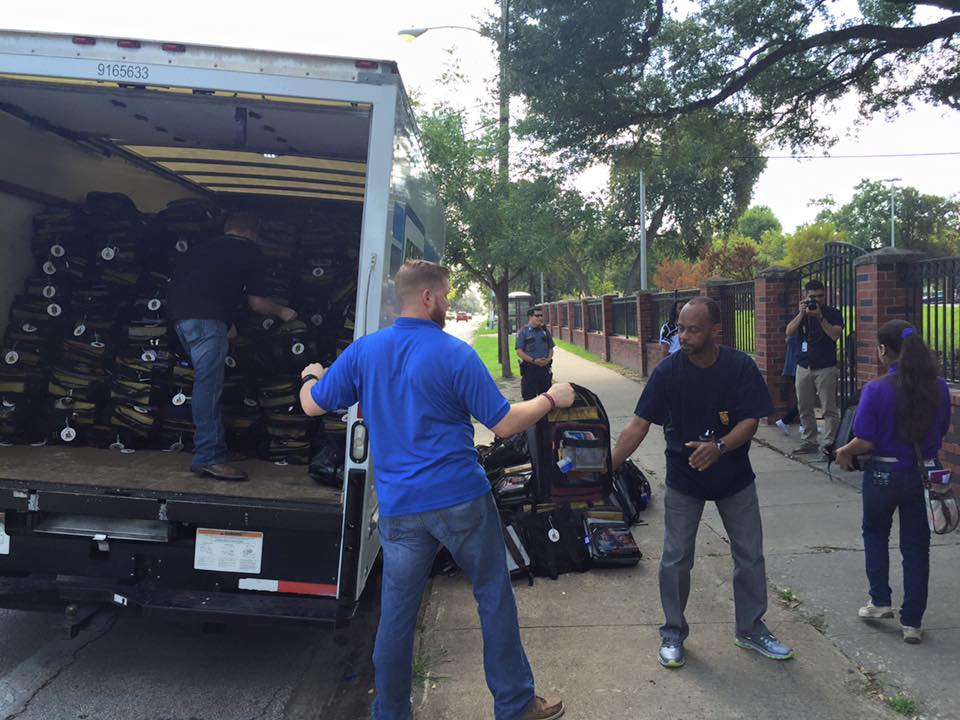 Volunteers-unload-truck1